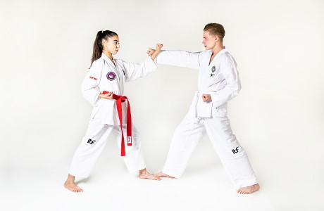 Jongvolwassenen van 12 jaar en ouder trainen met elkaar om alle Taekwon-Do vaardigheden onder de knie te krijgen.